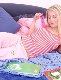 Pretty blonde teen beauty petting cooter and clit in bed